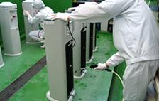 冷水・温水タンク内部の点検と消毒清掃風景